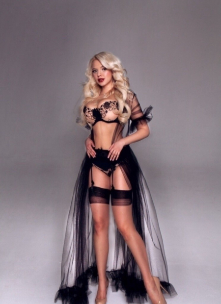 Lauren - tall blonde model escort in Dubai